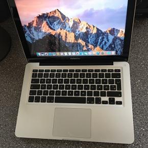 Fin Macbook Pro med diverse brugsridser og skrammer efter skolebrug.Selve touchpad'en er splintret, men fungerer stadig 100%. Touchpad'en kan godt skiftes, for merpris på 500 kr. Der medfølger lader.  Specifikationer: Intel Core i5 2,5Ghz 4 Gb Ram 500 Gb HDD Intel Graphics 4000 1,5GB