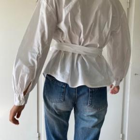 Så flot skjorte i lækker bomuld af høj kvalitet med oversize ærmer, wrapdetalje, bindebånd og et flot snit.  #trendsalesfund