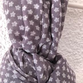 Foulard gris avec fleurs blanches