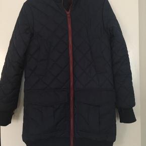 Så lækker 2-i-1 regnjakke og quiltet overgangsfrakke. Kan lynes sammen som en lidt varmere regnjakke til forår og efterår. Kan fint bruges om vinteren med en sweater indenunder. Den quiltede frakke er top lækker Ganni kvalitet. Kun været på et par gange. Aldrig vasket og som ny.  Nypris 3000kr.