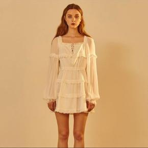 Smuk White ruffle summer dress 🐚 Fra mærket pain or pleasure - Købt i vintage butik  Np 1000 Mp byd