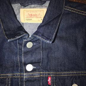 Lækker klassisk Vintage denim jakke! (UNI-SEX)  Aldrig brugt da jeg ikke kan passe den.   Str. M