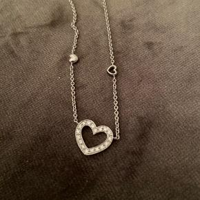Smuk og luksuriøs halskæde i 18K hvidguld og med 20 brillianter i hjertet. Kæden er 40 cm lang  Mindstepris 7.500 kr  BYTTER IKKE