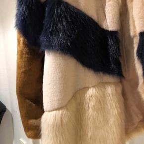 Så fed pels agtig Jakke i flere farver. Lukkes med hægter Sindsyg flot på og speciel Brugt få gange