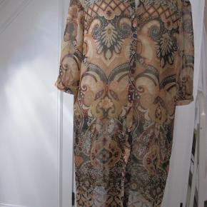 Only Lang skjorte/tunika. Farverne brun og rust. Knaplukket m. kort ærme. Chiffon. 100% polyester Længde 98 cm - bredde 55 cm - ærmegab 27 cm - ærmelængde 38 cm