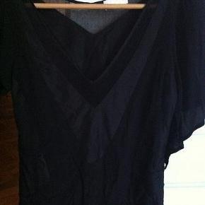 Varetype: festtop Farve: sort  Flot top med dyb udskæring fra BZR i silke og viscose.  Brugt 2 gange.   Bytter ikke!