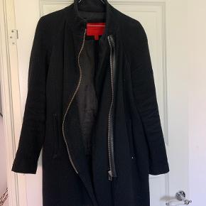 Rigtig fin jakke fra mango - brugt, og hul i lommens indvendige stof, men kan let syes :) - skriv for flere billeder og BYD gerne
