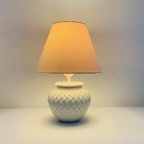 Den fineste bordlampe i flettet hvid keramik. Enkelt og elegant - passer perfekt ind i såvel det moderne hjem som den franske landsstil. Højde med fatning: 22 cm Diameter: 16 cm Prisen er ekskl skærm
