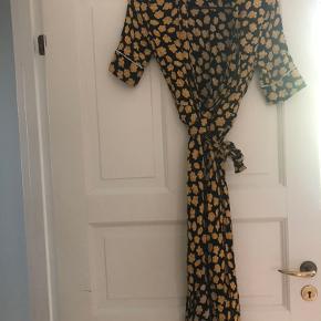 Populær kjole fra Ganni, den er blevet brugt en del gange, men er stadigvæk pæn :)  Mærket ved nakken er faldet af.