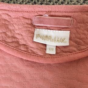 Fin nederdel og tilhørende cardigan/ jakke.  God stand. Afh i 6710