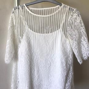 En blonde trøje fra Vila, med aftagelig under top. Str. S Brugt 3-4 gange, men er i god stand og har ingen slitage. BYD