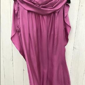 Lækker kjole i 100 % silke. Designet af Charlotte Eskildsen. Der kan bindes en sløjfe el lignende bagpå.  kjole Farve: Cerise Oprindelig købspris: 1200 kr.