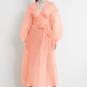 Unik kjole fra Gina tricot i samme stil som Stine Goyas kjoler.  Aldrig brugt og stadig med prismærke.    Søgeord: Stine Goya  Ganni Sofie Schnoor ZARA  Gina tricot By Malene Birger  CHANEL Dior
