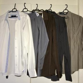 Sælger disse skjorter samlet, de tre til venstre er fra bertoni i str 44, de to andre er et andet mærke str 43. Passer str XL.  Fra røg- og dyrefrit hjem.  Afhentning i Høje Taastrup eller sendes med DAO.