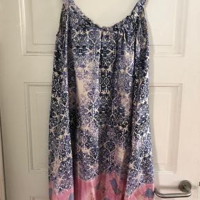"""Smuk silke kjole, perfekt til sommer. Dejlig luftig og let kjole, med lidt oversize. Har ingen slitage eller andet. Står kun som """"god men brugt"""" da den har været brugt et par gange. Sendes kun med posten."""