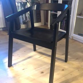 """Fire ens stole fra Ikea - modellen hedder Esbjörn og er en udgået model. Rigtig fin stand, dog brugsspor når man ser nærmere på stolene, derfor klassificeret som """"god, men brugt"""" - ikke noget der ses i dagligdagen :-) Nyprisen for denne stol var 749 kr. Jeg sælger alle fire for en samlet pris på 1500 kr. Det er muligt at købe fire runde sædehynder af lammeskind med, se sidste billede. Nyprisen for disse fire var 600 kr. i alt. Jeg sælger dem samlet for for 350 kr. Dvs. samlet pris for alle fire stole inkl. skind er 1.850."""