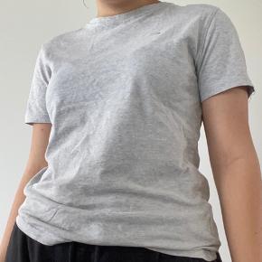 Lysegrå t-shirt med Tommy Hilfiger logo, sælger også i farven mørkeblå. Skriv privat for flere billeder og detaljer. Prisen kan forhandles. 3 for 2 på hele min profil