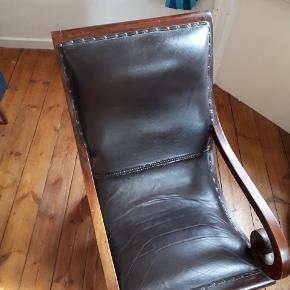 Super lækker lænestol i colonial style. I mørkt patineret træ og læder. Rigtig god stand, dejlig at sidde i.