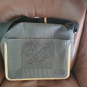 Louis Vuitton Terre Damier Géants Messenger. Fin, dog brugt Louis Vuitton taske m. seperat rum til laptop. Justerbar skulderrem. God til studiebrug. Har desværre ikke kvitt. Men den er 100 % legit. Seriøse bud modtages.