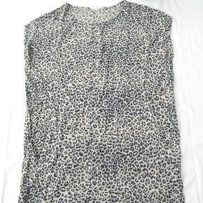 Dejlig let kjole.  Brystmål ca. 2x63 Længde fra skulderen og ned ca. 86  100% viskose.  Jeg tager desværre ikke billeder med tøjet på