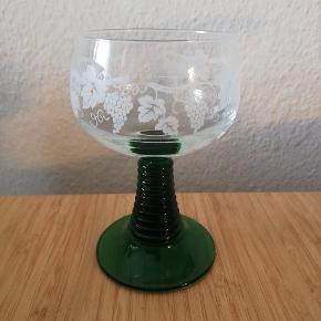 Franske vinglas der kan rumme 0,2 l. Grønne og med fint og næsten ubeskadiget mønster 🌿🍇 Der er et af glassene hvor lidt er faldet af, det ses på sidste billede.  6 stk. Sælges fortrinsvis samlet. Prisen er for alle 6 stk samlet