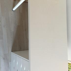 Sælger dette fine skrivebord fra IKEA.Sælger det billigt, da der er få skader på bordet. Np er 679 kr