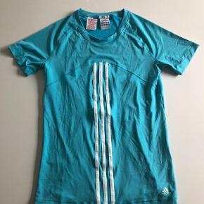 Varetype: Climacool bluseFarve: Turkis Oprindelig købspris: 300 kr.  Climacool bluse i str. 164 fra Adidas.    Den er ny men skyllet op.    MP er kr. 175 + porto