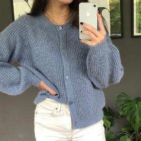 Lækker sweater-cardigan fra Part Two. Aldrigt brugt og fremstår derfor som ny. Købt for 800kr i Magasin.