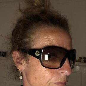 Varetype: Solbriller Størrelse: X Farve: Grøn  Super fede grønlige Gucci solbriller med grønne perler på Gucci logo på siden. Ved ts handel betaler køber gebyret. Ring eller skriv på 26826097 for yderlig info.