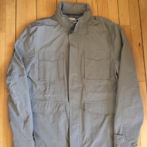Samsøe & Samsøe jakke Sælges da jeg ikke bruger den.  Jakken er let foret, men fungerer mere som en overgangsjakke.  Skriv for mere info👍🏼