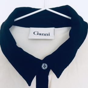 Fineste crepe/viskose skjorte i sort/cremefarvede kontraster fra Ganni. Str hedder small, svarer til en 36-38.