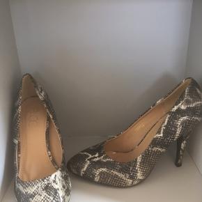 Mærke: B&CO Størrelse: 38 Materiale: Krokodille skind.  Skoen: er foret. En flot stilet  Stand: Aldrig brugt  Sælges kr. 125 Bytter ikke Sætter pris på tilfredse købere