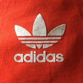 Rød/orange Adidas t-shirt i str. 8 UK, hvilket jeg vil mene svarer til en s i EU, men den kan sagtens passes af en medium!   Kan sendes eller afhentes i Aarhus C.
