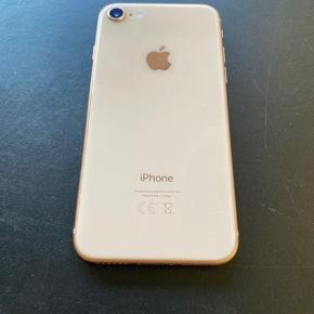 Super fin IPhone 8.  Skærmen har desværre fået et slag i højre hjørne. Det påvirker ikke telefonen, overhovedet. Man kan skifte skærmen for 600,-, hvis det ønskes.  100% funktionel.   Lader og høretelefoner medfølger.