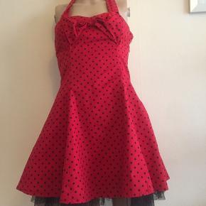 Rigtig sød 50 inspireret kjole, har aldrig gået med. ☀️modtager betaler Porto ☀️kan hentes på Østerbro