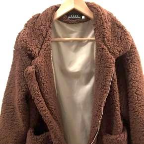 Sælger den her super flotte jakke, som jeg har brugt 1-2 gange. Den er i super god stand, næsten aldrig brugt. BYD gerne 😊 Str. S - kan godt passe en str. M Np - 600kr