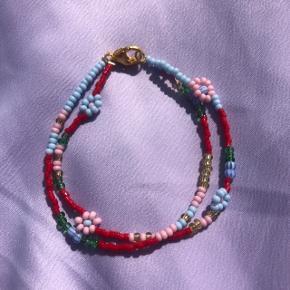 Perle armbånd med blomster 2 styk sidder sammen 💮 Prisen er fast og inkl Porto m postnord