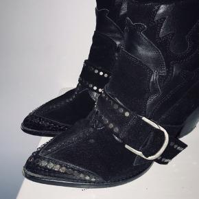 """Zadig & Voltaire støvler  Model """"Botines Cara""""   Str. 36   De er brugte og har almindelige brugsspor.  Bemærk at der er en lille stearin plet på den ene snude.   Ny pris: 3.685,-    Æsken medfølger  Købt i Illum i Januar 2018   Fragt 45,- med Dao (inkl tracking)"""