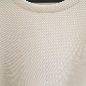 Skønneste kjole! Desværre er den blevet lidt for lille til mig så jeg ikke får den brugt. 96% polyester, 4% elastane. Fast pris.