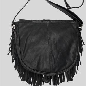 Constructed from 100 % recycle leather. Lining is 100 % polyester.  All accessories are tested and nickel free.  Paula bag fra bæredygtige Pelechecoco .. BYD . Sender med DAO
