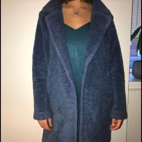 Sælger for veninde:  Rigtig fin fake teddy Bear jakke, som er brugt, men fejler ingenting (ingen fejl).  - ikke ryger - ingen kæledyr  Byd!