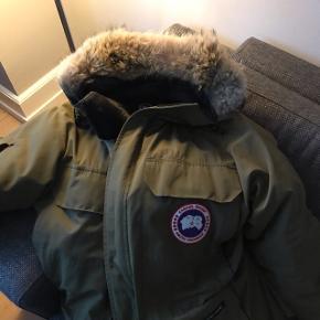 Dejlig varm jakke - Har lidt mærker, men intet af betydning. Nypris omkring 6000,-kr