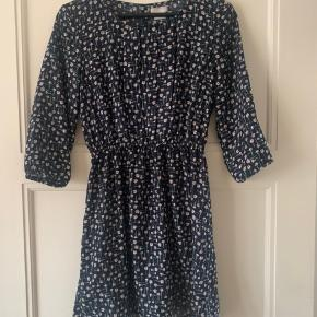 Fin kjole med slids i ryggen, købt i Urban Outfitters. Petite fit