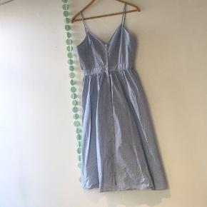 💙 Fin kjole med sorte prikker fra H&M 💙  Bindes med sløjfe bagpå  Brugt 2-3 gange Str. 42, passes af 40/L   🌸 Se mine andre annoncer og få mængderabat 🌸