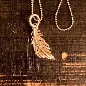 Blossom sølv lettere rosaforgyldt kæde med en fjer.  Kæde 80 cm kuglekæde med 3 cm fjer.  Er som ny Se foto