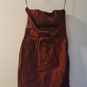 Flot ny kjole fra H&M str 36 sælges for en veninde.  Byd ! :)