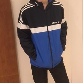 adidas Originals Itasca Collection Reversible Windbreaker Jacket kun brugt få gange. Kan vendes så der er to farvekombinationer.
