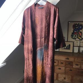 Varetype: Kimono Størrelse: M/L Farve: Brun Oprindelig købspris: 1200 kr. Prisen angivet er inklusiv forsendelse.  Smuk kimono fra Sissel Edelbo i smuk farve. Den er brugt en gang i få timer, så fremstår som ny. Hvis vi kan handle via Mobilepay koster den 870,- inkl forsendelse med DAO.    **** BYTTER IKKE ****