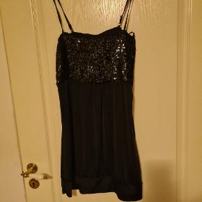Kort sort kjole med sorte palietter. Str XL.  Alting kommer fra røgfrit hjem. - sender gerne med dao og kig gerne mine andre annoncer, så finder vi en god pris. Alle bud er velkommen.