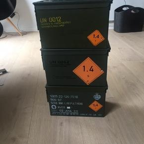 3 fine og velholdte ammunitionskasser   Sælges samlet for 200kr eller hver for sig for 100kr   Kan afhentes i Gug eller Aalborg